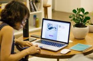 Une femme travaille devant son ordinateur